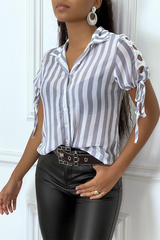Chemise grise à rayure et dentelle sur les bras