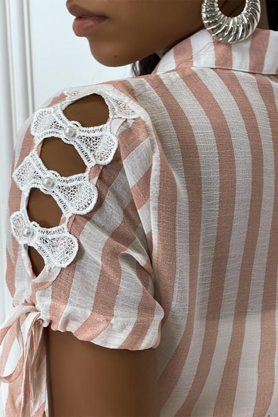 Chemise rose à rayure et dentelle sur les bras