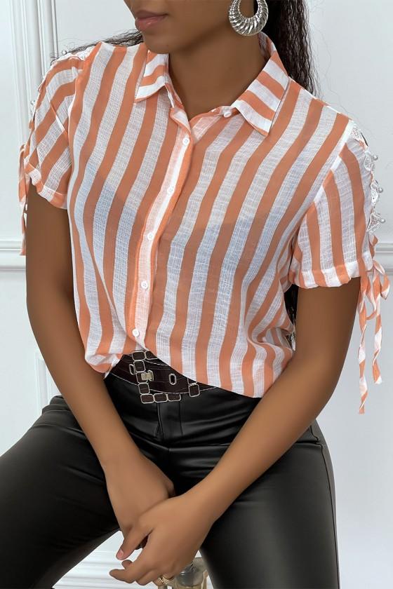 Chemise orange à rayure et dentelle sur les bras